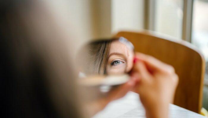 Frauengesicht Teil in Spiegelbild
